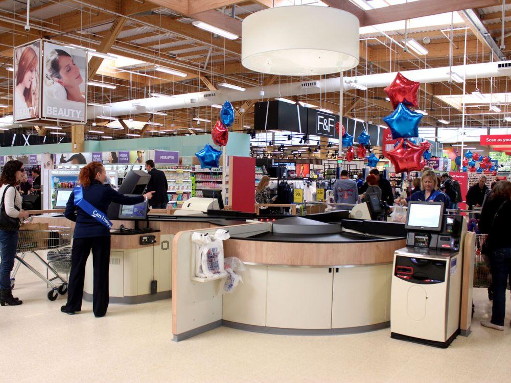 Supermarkt im britischen Lincoln mit der neuen Checkout-Lösung (Foto: NCR)