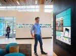 Flagship-Filiale in Seattle: Kunde an der App Wall (Foto: Umpqua Bank)