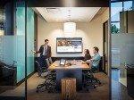 Konferenzraum mit LCD-Display (Foto: Umpqua Bank)