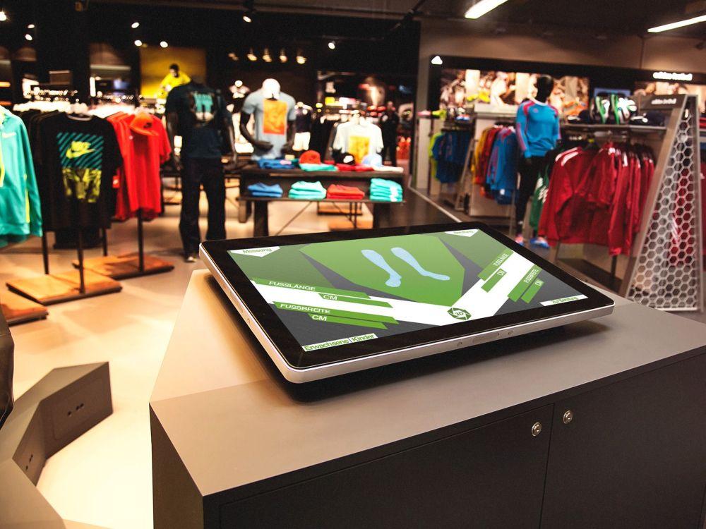 Schuhscanner-Installation bei Teamsport Philipp mit Display von Elo (Foto: mifitto)