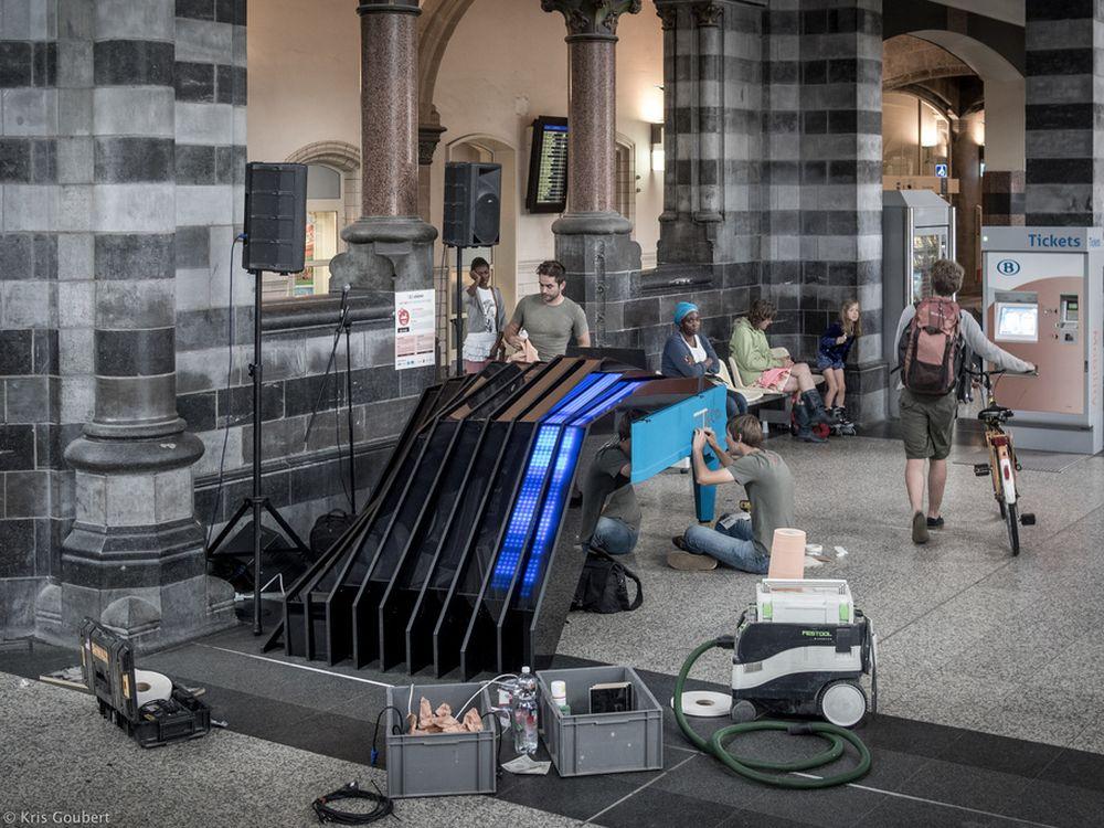 123-piano in Gent: Montage des Fisheye konzipierten Klaviers (Foto: Kris Goubert)