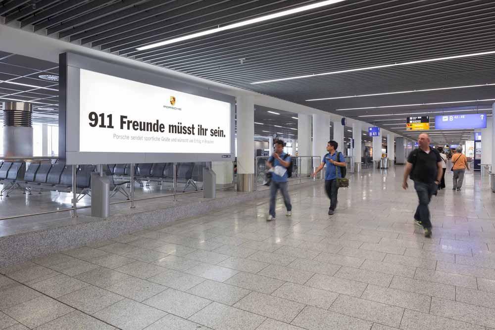 Flughafen-Kampagne für Porsche: 911 Freunde müsst ihr sein (Foto: initiative Airport Media)