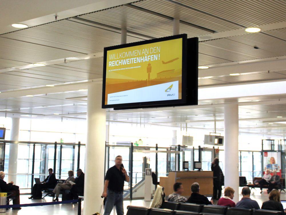 Airport Bremen: DooH-Screen von NEC am Terminal 1 (Foto: City Airport Bremen)