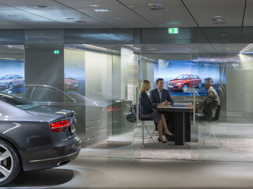 Audi City Berlin Beratungsgespräch mit Kunden (Foto: Audi)