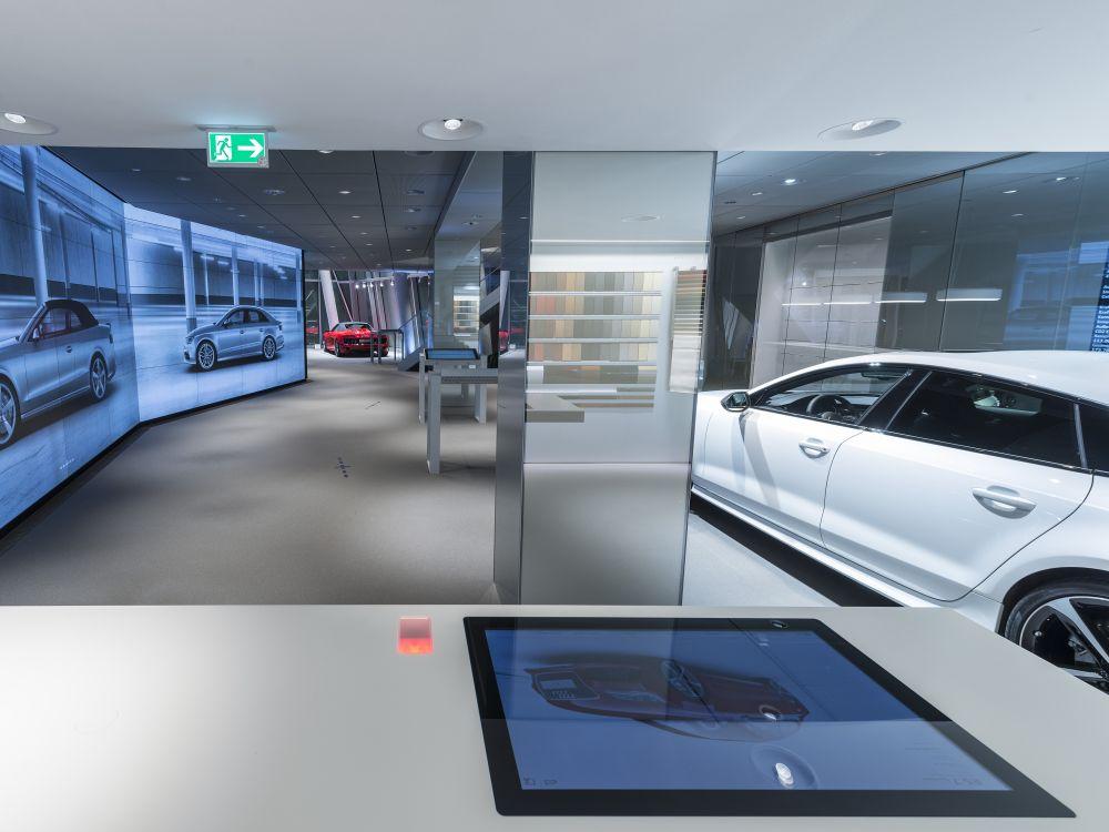 Audi City Berlin: Touchtisch und Video Walls (Foto: Audi)