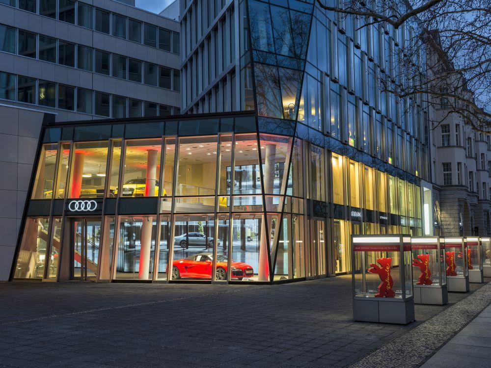 Audi City Berlin - Außenansicht mit laufenden Power Walls (Foto: Audi)