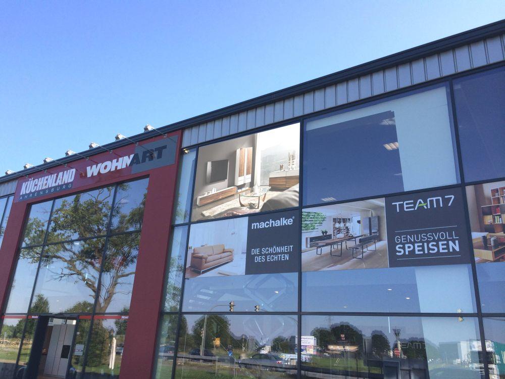 Zur Straßenseite setzt das Möbelhaus die speziell für Indoor-Schaufenster setzt auf SMD-Wall ein (Foto: BIGLED)