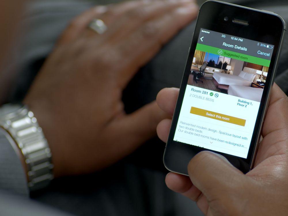 Kunde bedient Hilton Select Room-App (Foto: Hilton Worldwide)