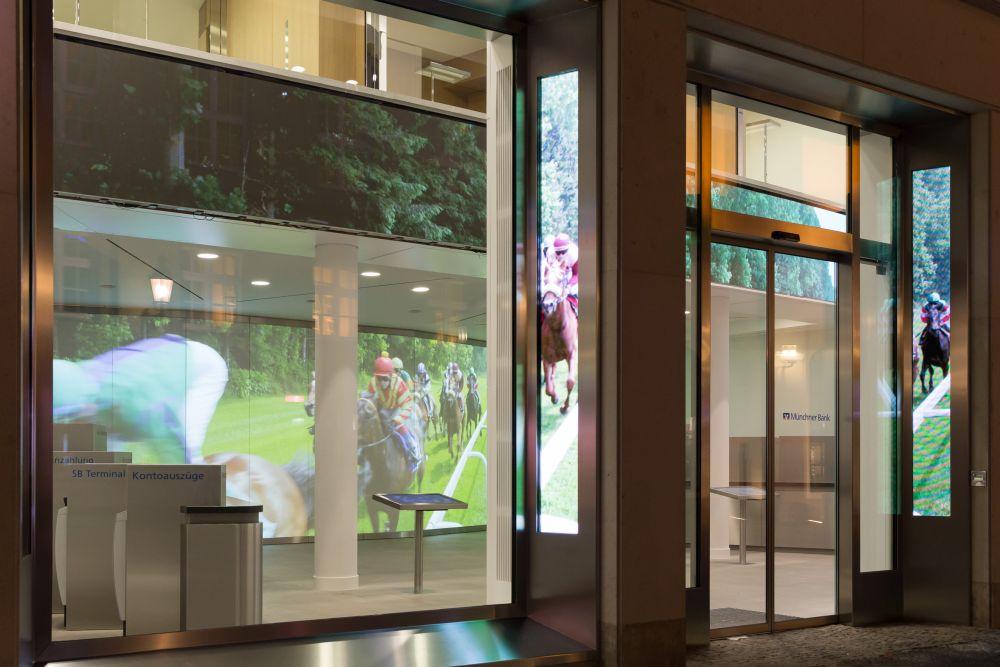 LED-Elemente an den Fensterlaibungen vorne (Foto: Münchner Bank)
