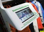 Small Signage und Tablets verlängern Online an den PoS (Foto: Umdasch)
