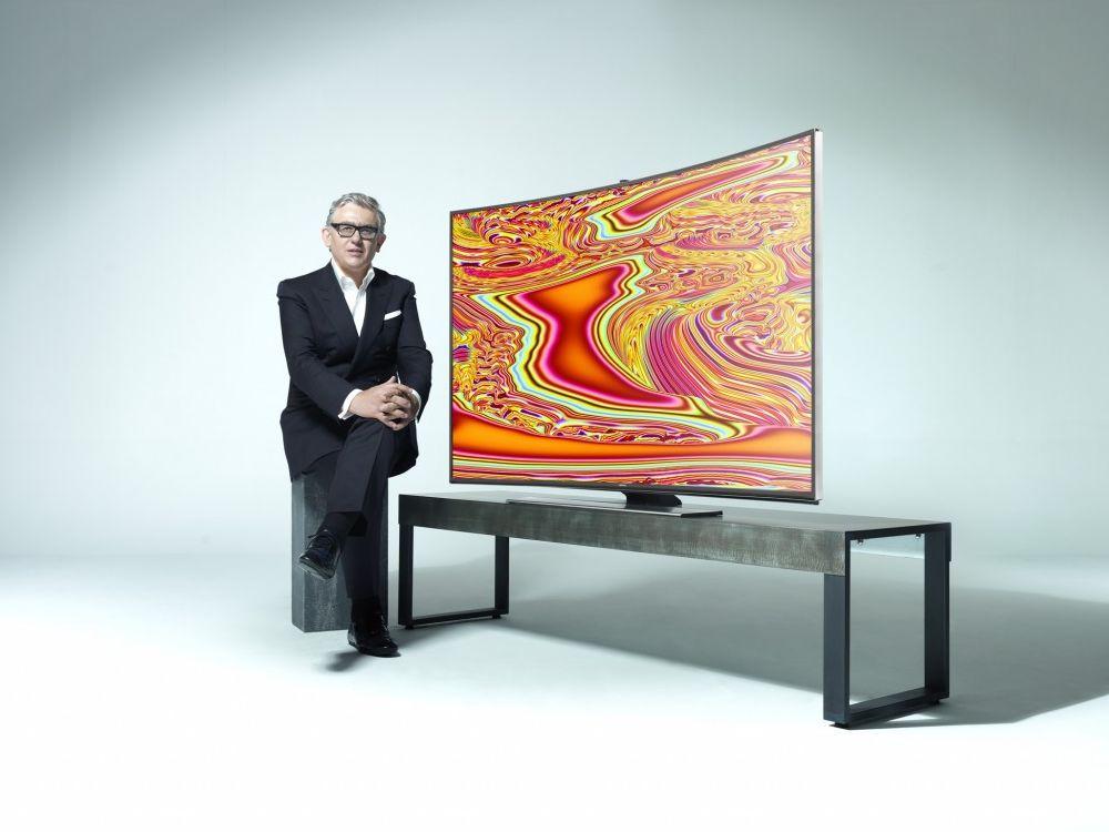 Künstler Miguel Chevalier mit Curved UHD (Foto: Samsung)