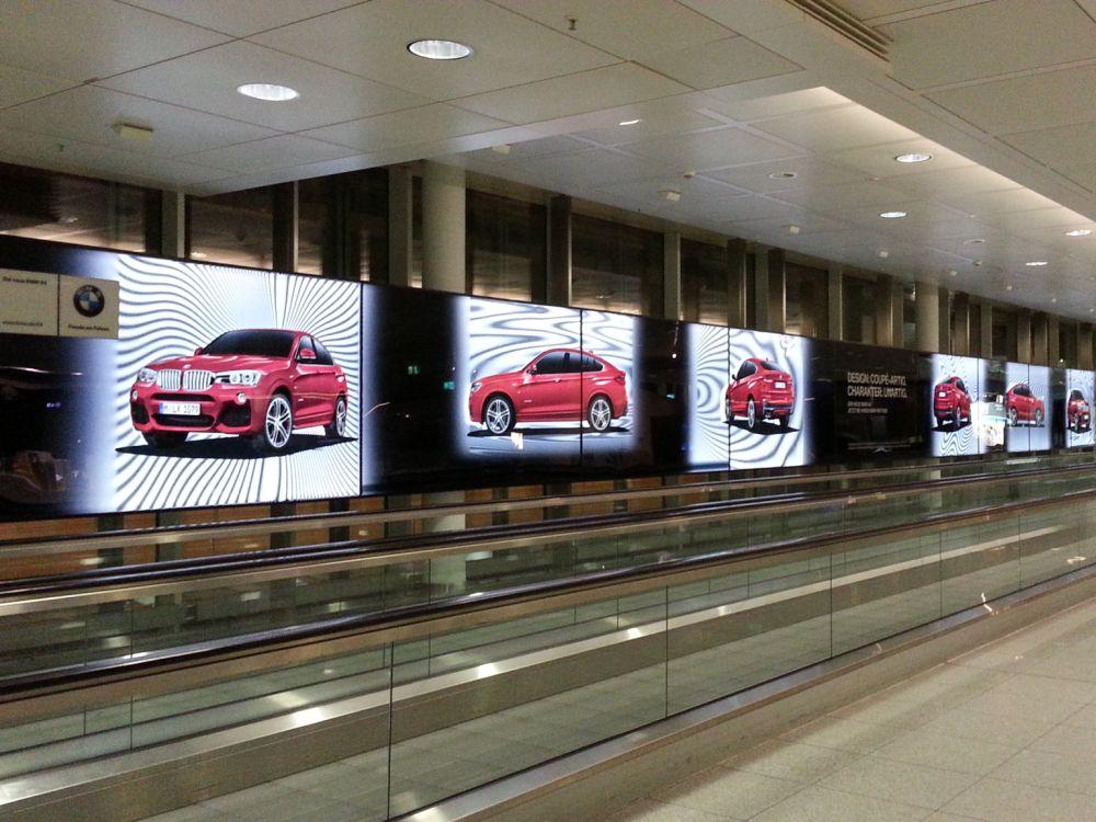 Moiré-Effekt als Stilmittel - Plakatkampagne für den BMW X4 Airport München (Foto: Serviceplan)
