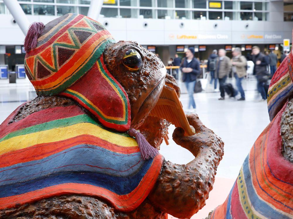 Flötentöne am Flughafen - Sixt-Kampagne mit Kröte Flughafen Düsseldorf (Foto: Initiative Airport Media)