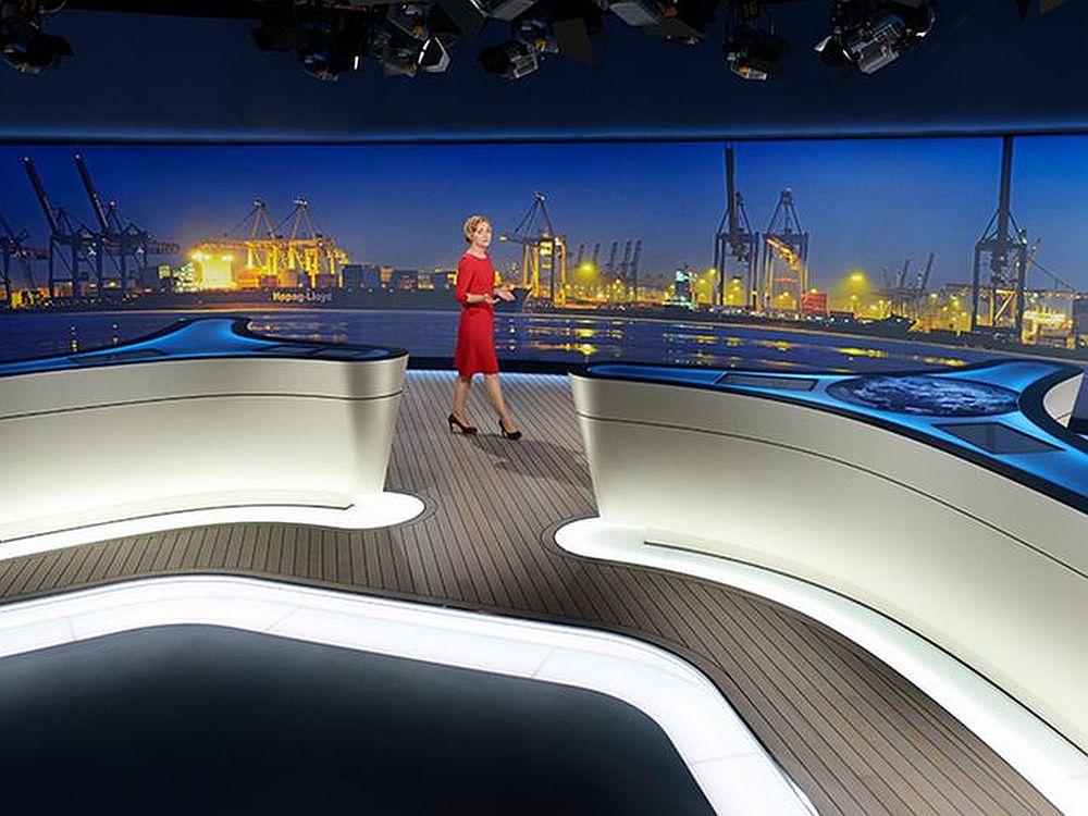 Mediales Halbrund im Hintergrund: Tagesschau mit Caren Miosga (Foto: Das Erste/ NDR)