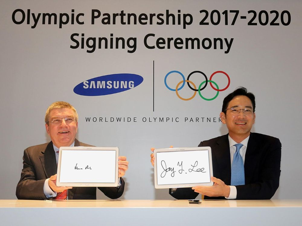 IOC-Präsident Thomas Bach und Younghee Lee Exec. VP Mobile Marketing, IT & Mobile Division, Samsung Electronics (Foto: Samsung)