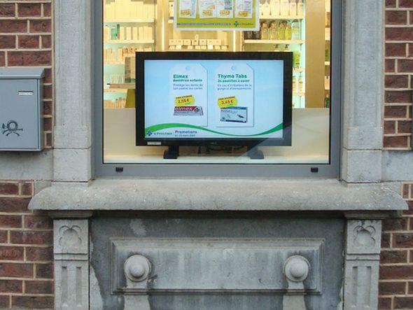 PharmaSeen TV-Screen im Schaufenster einer Apotheke (Foto: iDKlic)