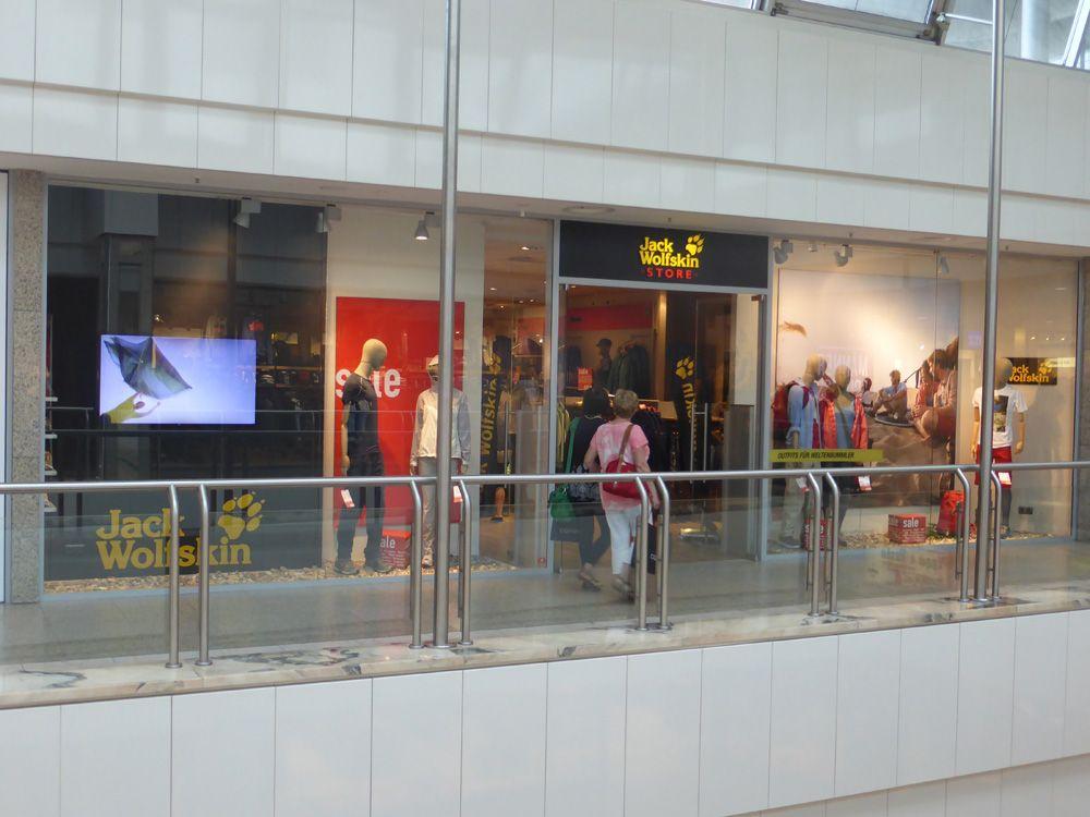 LG ShineOut Display in der Jack Wolfskin Filiale in Köln