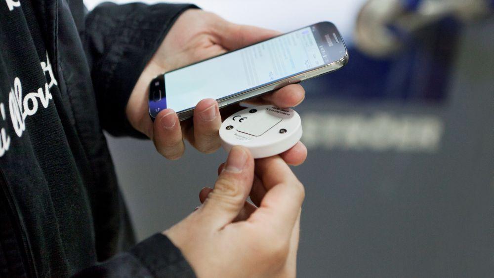 Füreinander geschaffen - Beacon und Smartphone (Foto: Ströer)