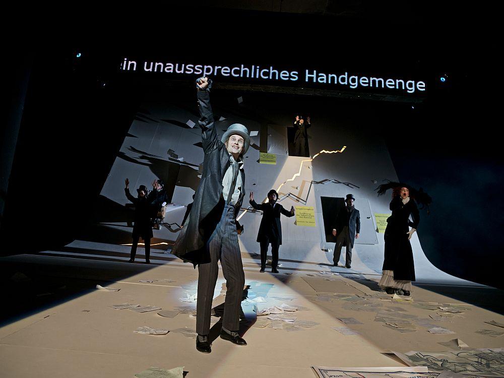 """Inszenierung mit LED Wall - """"Das Geld"""" am Saarländischen Staatstheater (Foto: Björn Hickmann)"""