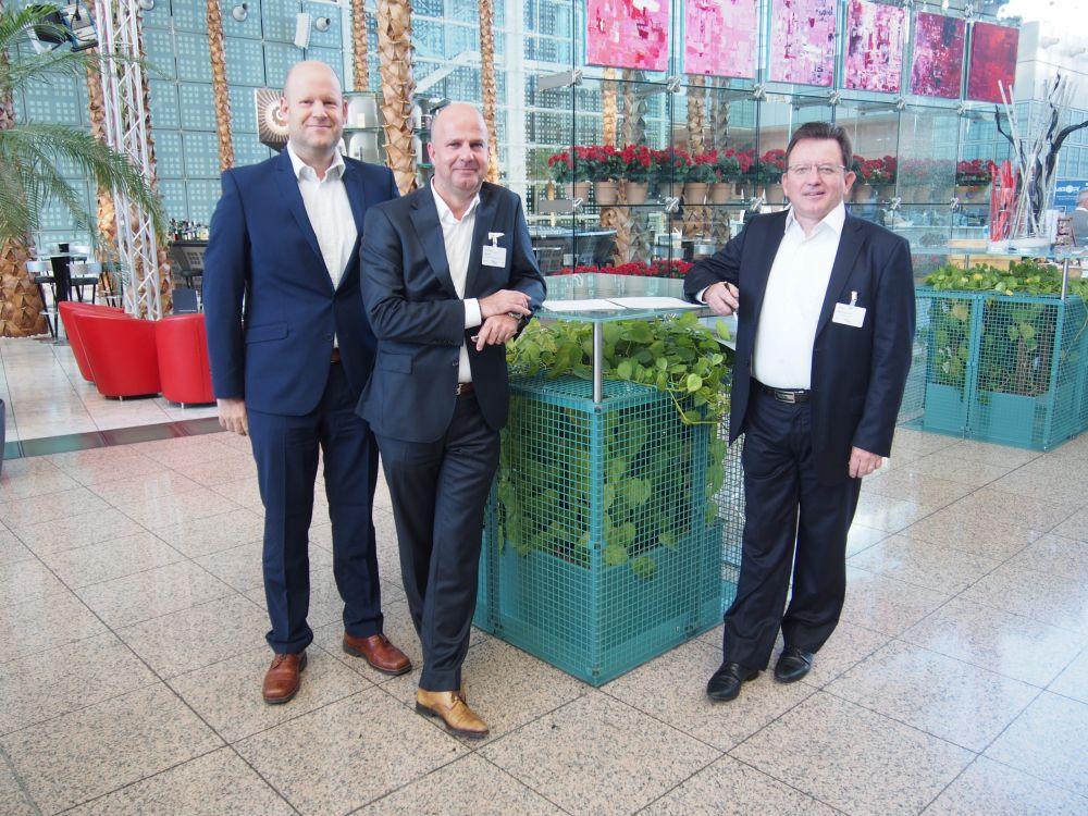 OVAB-Vorstände Markus Deserno und Winfried Karst mit Club de Digital Media-VP Michel Baronnier (v.l.) (Foto: invidis.de)