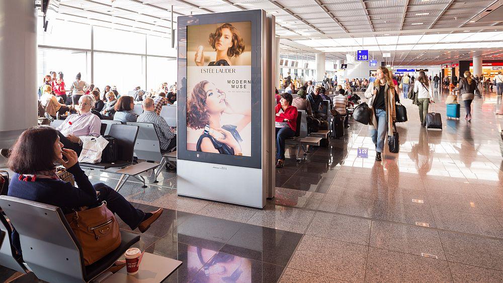Airport Frankfurt: ESTEE LAUDER wirbt auf digitalen Screens (Foto: Media Frankfurt)