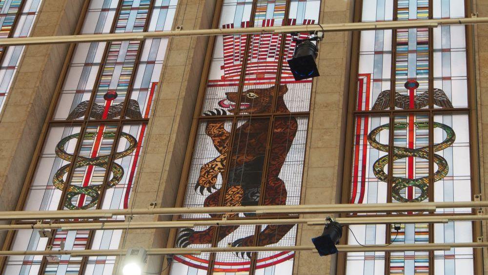 """Fast wie im Kölner Dom: """"Kirchenfenster"""" auf dem Messegelände (Foto: invidis.de)"""