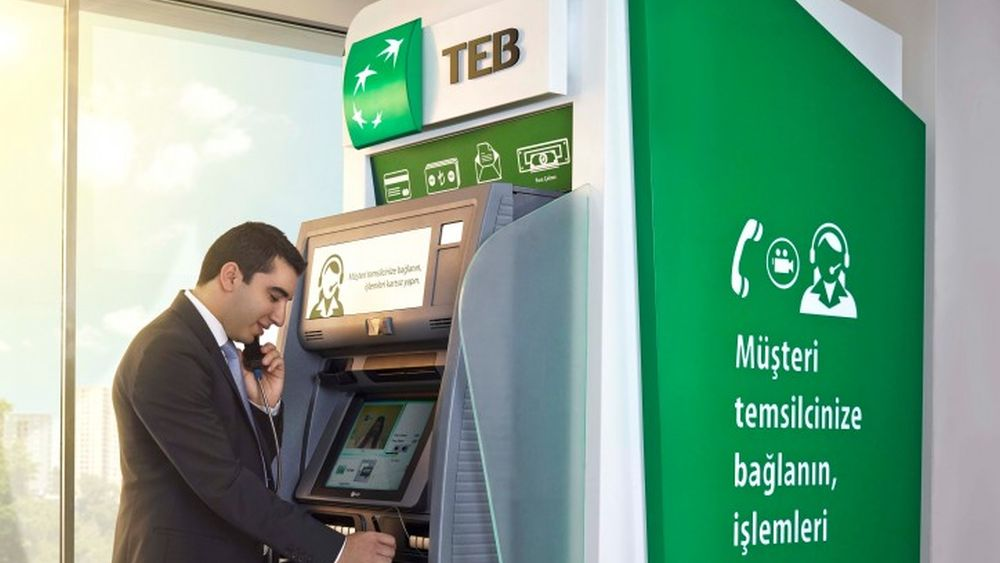 Kunde am Video-ATM der Turkish Economy Bank (Foto: NCR)