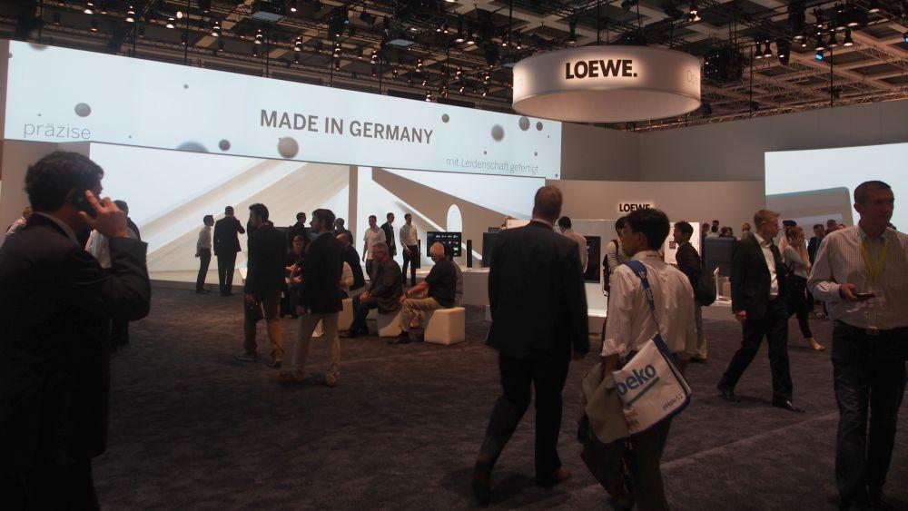 Bei Loewe sind nur die TVs viereckig - im Halbkreis angeordneter Stand (Foto: invidis.de)