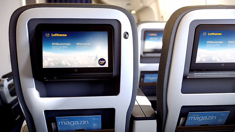 "Lufthansa Premium Class - Sitzreihe mit 12"" Touchscreens (Screenshot: invidis.de)"