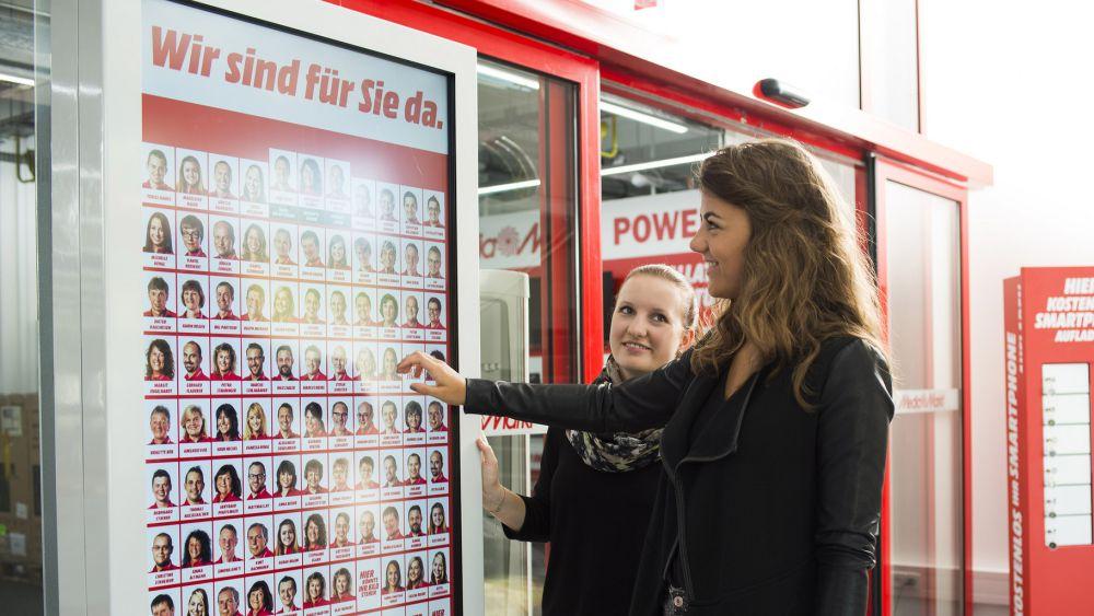 Media Markt: elektronische Mitarbeitertafel (Foto: Media Saturn)