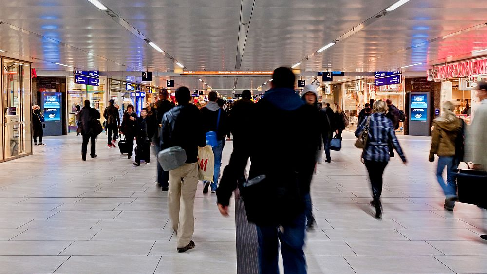 Viele Konsumenten, viele Beacon-Sender - Menschen am Hbf Düsseldorf (Foto: Ströer)