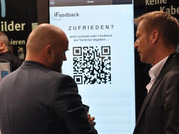 Patrick Schröder von dimedis vor der iFeedback Stele (Bild: dimedis)