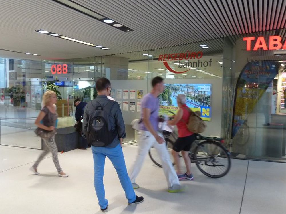 Oruvision-Screen im Reisebüro am Bahnhof in Salzburg (Foto: Oruvision)