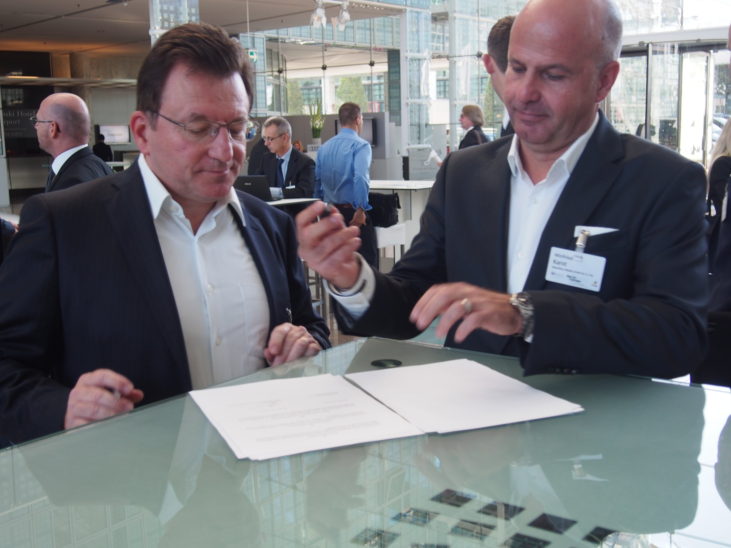 Michel Baronnier (Vice President of the Club de Digital Media) and Winnie Karst (Vice President of OVAB Europe) sign the cooperation contract (Image: invidis)