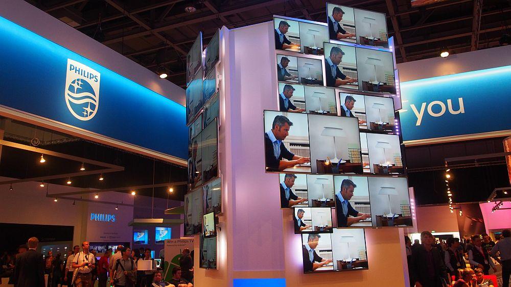 DerStand von Philips ist an verschiedenen Stellen mit Displays als Werbemittel versehen (Foto: invidis.de)