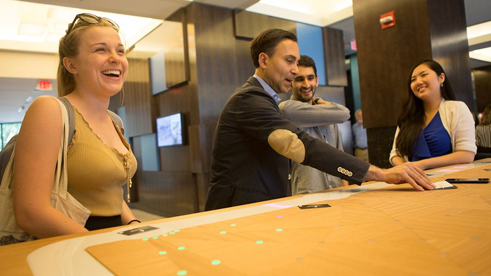 Six Degrees-App am interaktiven Tisch im Marriott-Hotel in Boston (Foto: Marriott)