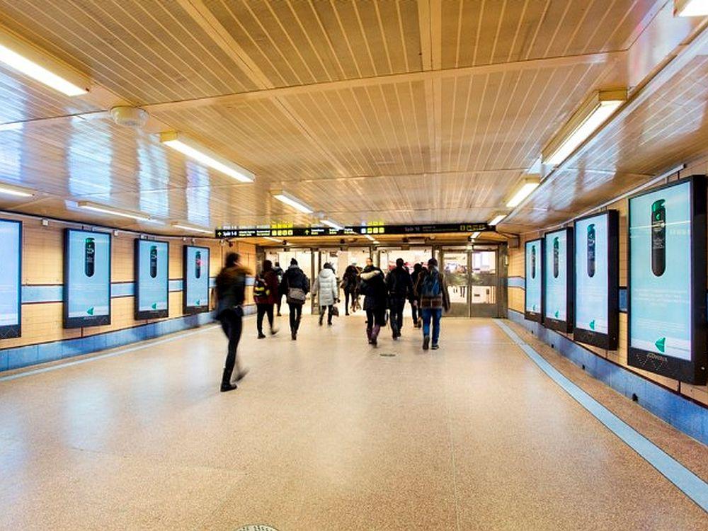 """Hauptbahnhof Stockholm mit 65"""" JCDecaux-Screens (Foto: JCDecaux Schweden)"""