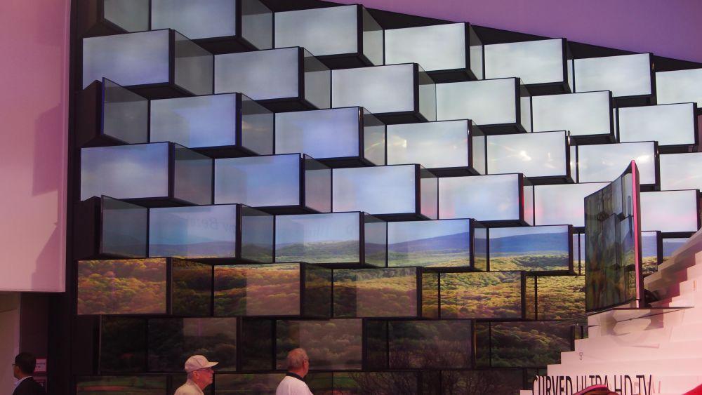 Displays bei Vestel: Auch diese Installationsform findet sich mehrfach in ähnlicher Form an den beiden Zutrittsseiten des Stands (Foto: invidis.de)