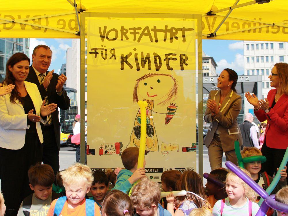 Vorfahrt für Kinder: Plakatenthüllung mit Berlins Schulsenatorin Sandra Scheeres (l.) und Stefanie Wall (r.), Leiterin Sponsoring & CSR, Wall AG (Foto: Wall)