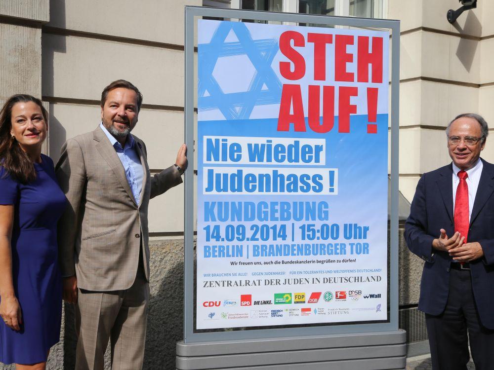 """Stefanie und Daniel Wall und Dr. Dieter Graumann (v.l.) stellen Plakatmotiv """"Steh Auf!"""" vor (Foto: Wall AG)"""