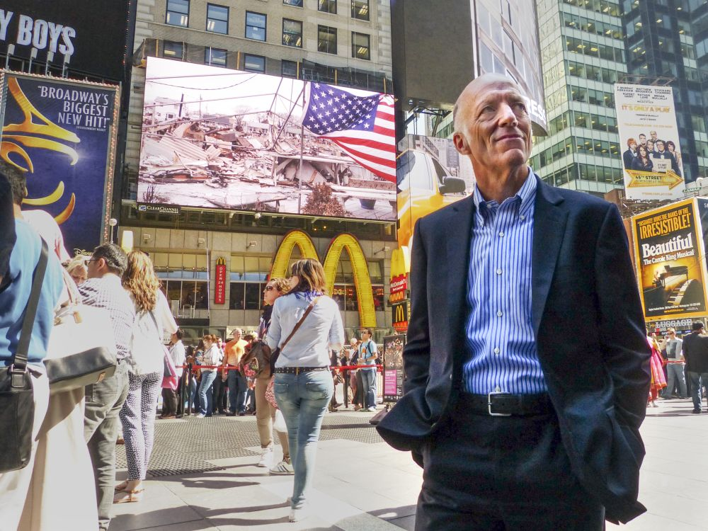 Am times Square vor der DooH-Fläche: Clear Channel Outdoor-CEO William Eccleshare (Foto: Clear Channel Outdoor)