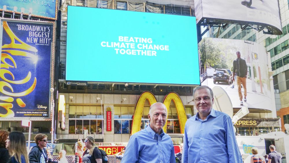 William Eccleshare und Manel Sanromà vor Kampagnenmotiv am Times Square (Foto: Clear Channel Outdoor)