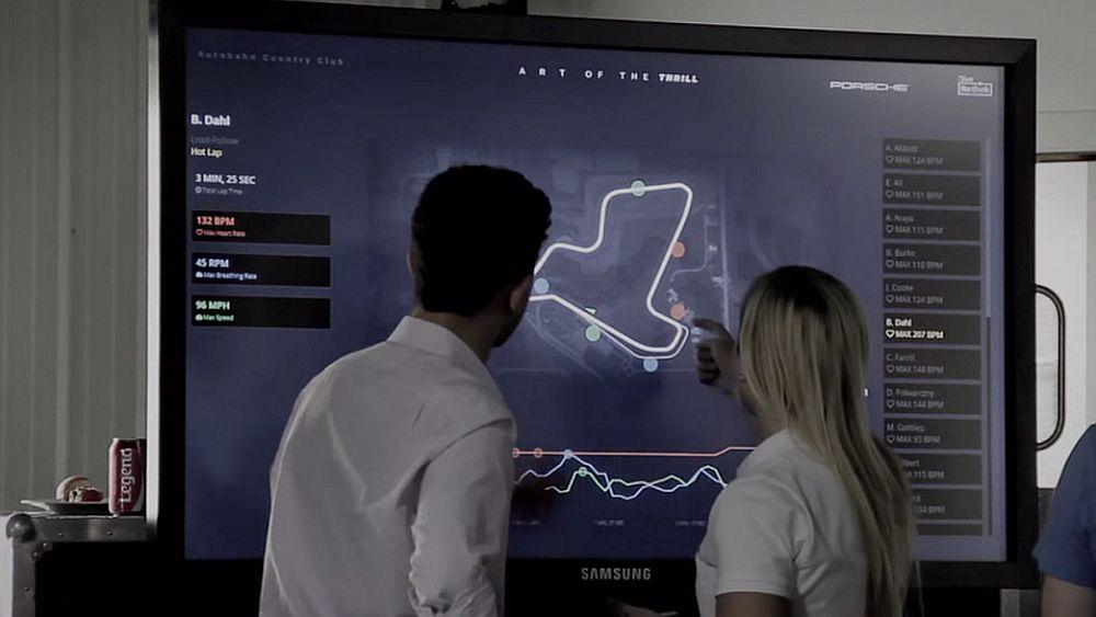 Art of The Thrill - Fahrer am Touchscreen (Screenshot: invidis.de)