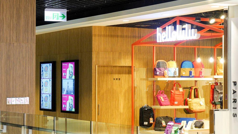 Digital Signage Displays vor einem Shop (Foto: VIA)