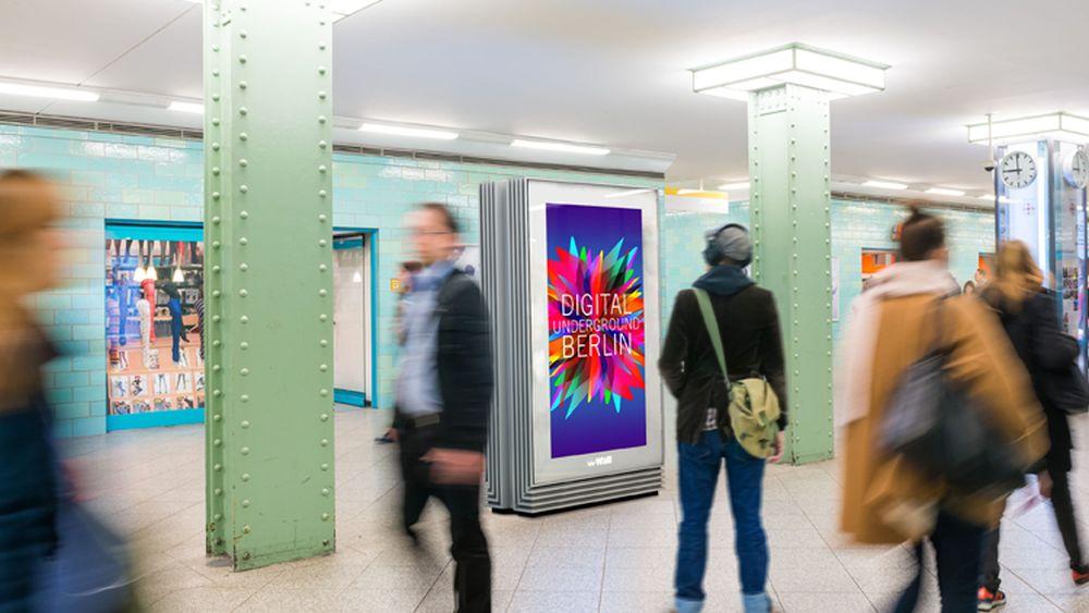 Passant vor einem neuen DUB-Screen  (Foto: Wall AG)