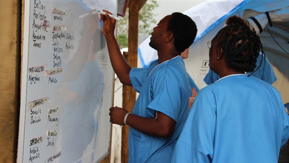 Hilfskräfte in einem medizinischen Zentrum in Kenema Sierra Leone (Foto: Anna Jefferys/IRIN)