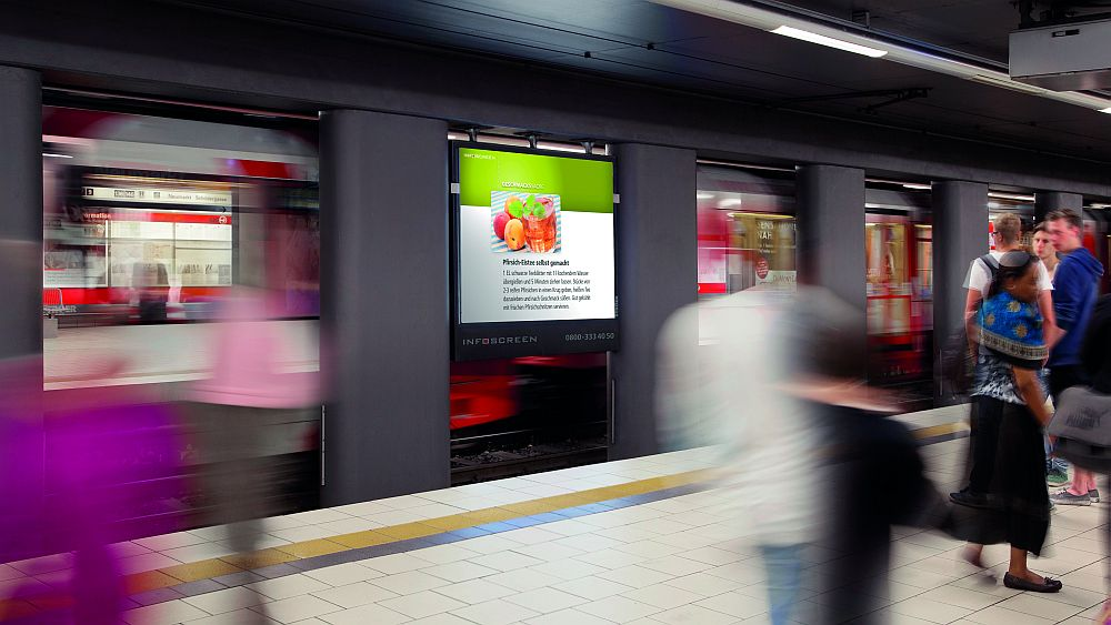 Bekommt bald digitale Geschwister - Infoscreen an einer U Bahnhaltestelle in Köln (Foto: Ströer)