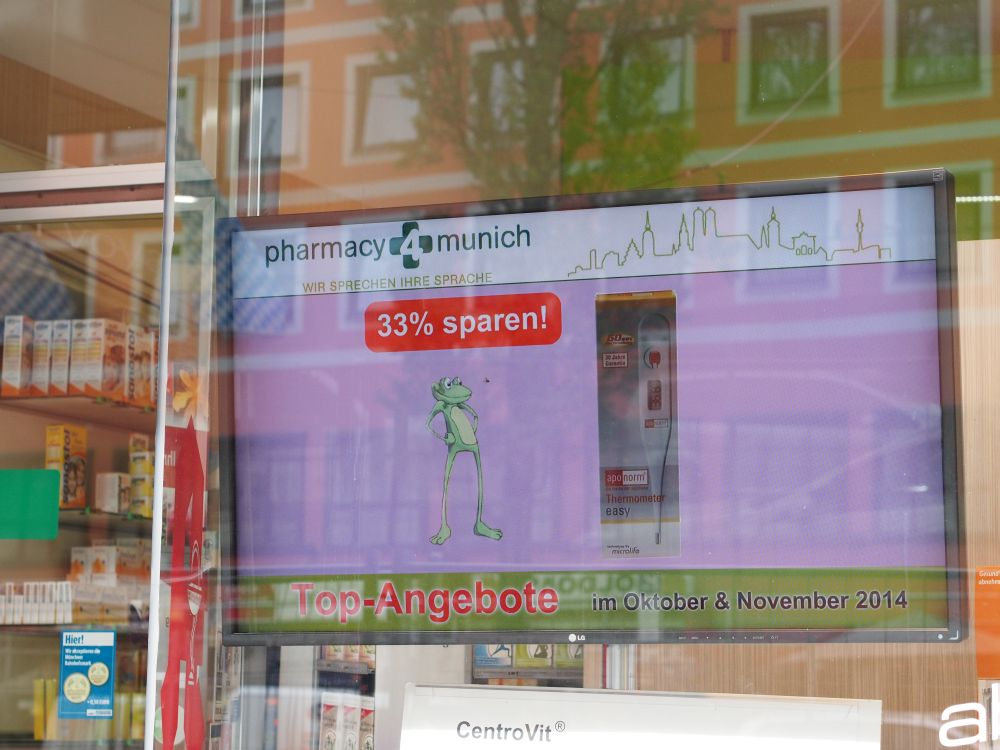 Internationale Hauptbahnhof Apotheke: ShineOut-Display im Schaufenster (Foto: invidis.de)