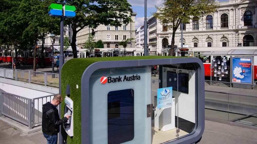 Kunde vor der Pop Up-Filiale (Foto: www.lukasbezila.com/ Bank Austria)