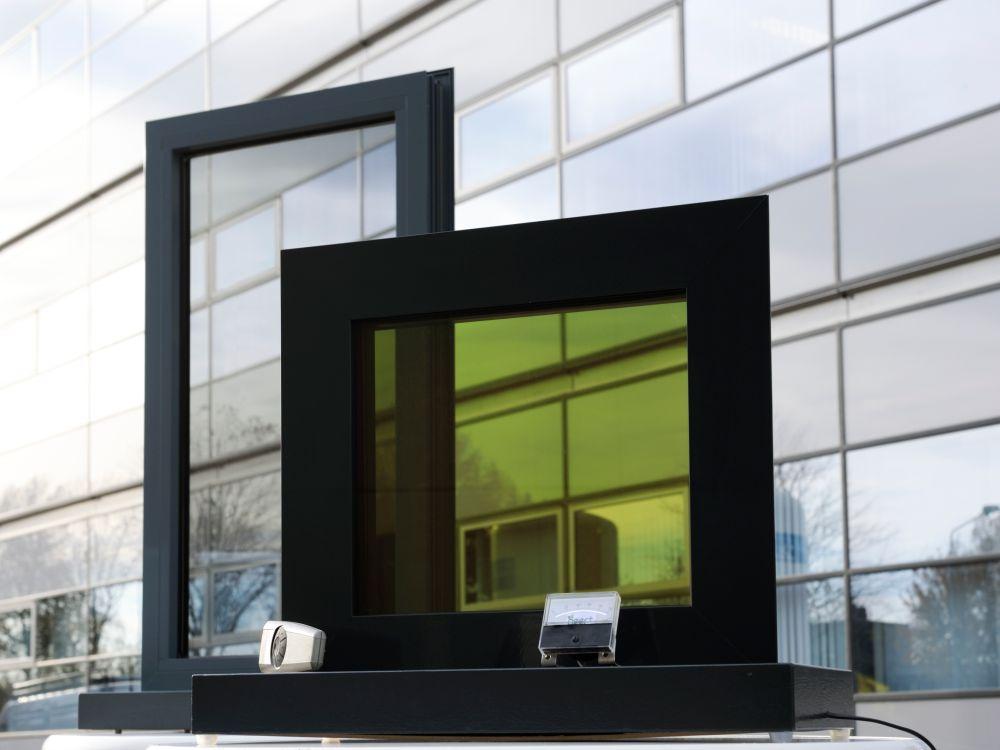 LCW und herkömmliche Fassade: An Flüssigkristallfenstern wird geforscht (Foto: Merck)